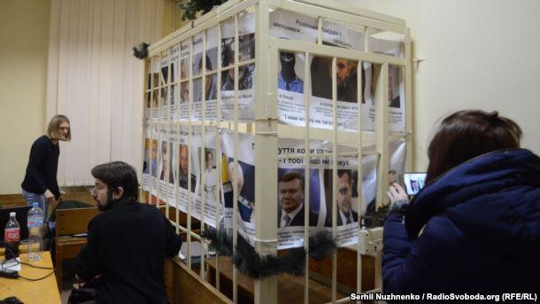 Пострадавшие активисты Евромайдана блокируют Шевченковский суд и ожидают Порошенко