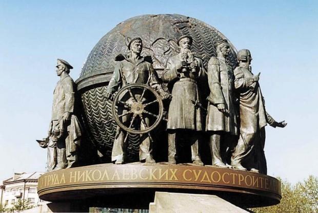 Памятник корабелам в Николаеве. На первом плане уроженец Николаева вице-адмирал Макаров. Загуглите на досуге